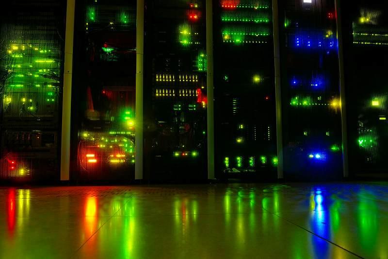 データセンター内のサーバラック群